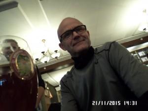 Han-kigge-dybt-i-glasset