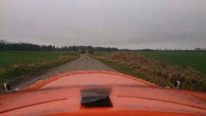 Strada på fugtig grusvej