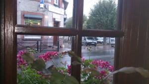 Kigger ud på regen