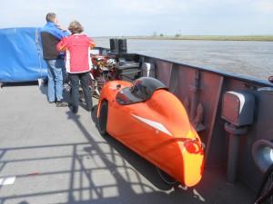 På vej med færgen over Elben