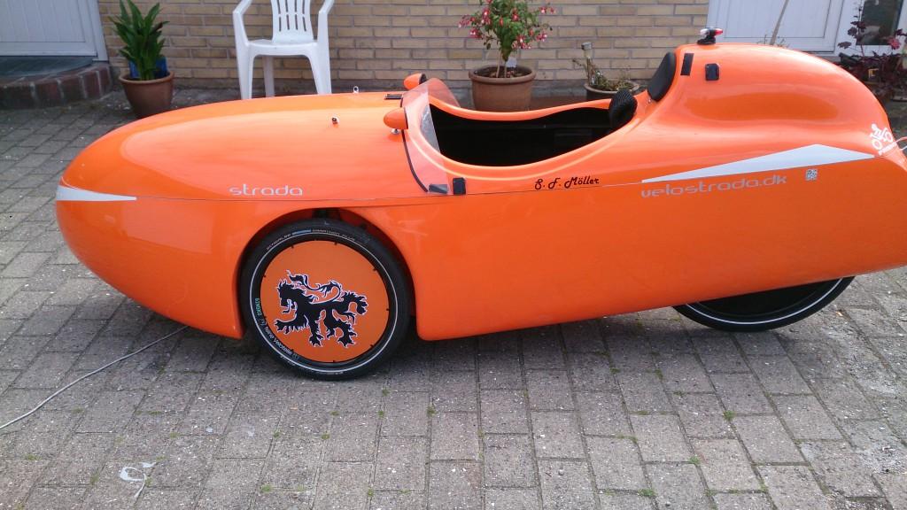Strada med Orange Wheel Covers